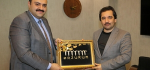 Başdanışman Küçükyılmaz'dan Başkan Orhan'a ziyaret Başkan Orhan'dan Oltu Taşı Tespih ve tablo hediyesi