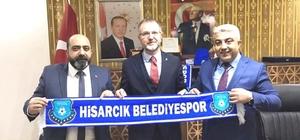 Hisarcık Belediyespor'un satışa sunduğu atkı ve bereler ilgi görüyor