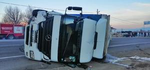 Isparta - Konya kara yolunda minibüse çarpan tır devrildi: 1 yaralı Kaza anı güvenlik kamerasına yansıdı