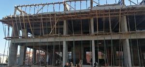 İnşaatta çalışırken dengesini kaybeden işçi 2.kattan düştü Isparta'da 3 katlı inşaatın 2.katından düşen işçi yaralandı