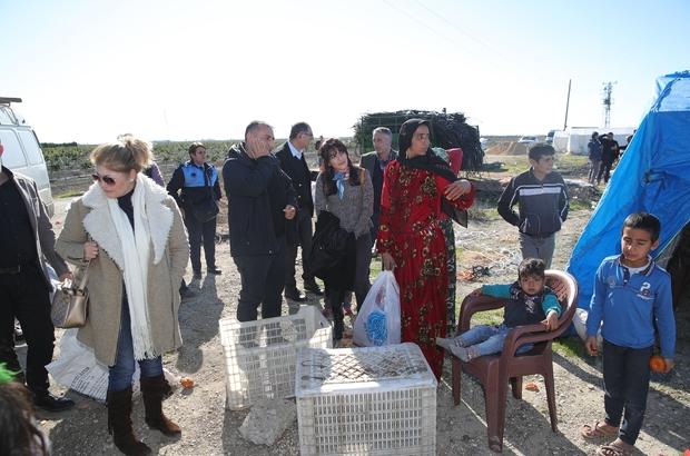 """Tarım işçilerine battaniye Tarım İşçilerinin Sorunlarını Araştırma ve Tespit Komisyonu üyeleri, tarım işçilerini çalıştıkları tarlalarda ve kaldıkları çadırlarda ziyaret edip battaniye dağıttı Geçer: """"Her kurumun destek vereceğine inanıyoruz"""""""