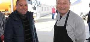 Çinli ve Türk işçiler 'Korona virüsü'ne aldırmadan çalışıyorlar Adana'da 198'i Çinli, 900'e yakın işçinin çalıştığı Hunutlu Termik Santrali'nde 'Korona virüsü' ile ilgili bir vakaya rastlanmadı EMBA Elektrik Üretim A.Ş. Genel Koordinatörü Kadir Kanat, olası 'Korona virüsü' vakasına karşı Çin'e gidiş ve gelişleri durdurduklarını belirtti