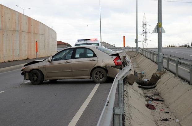 Yeni kampüs yolunda kontrolden çıkan araç bariyerlere çarparak durabildi Şans eseri yaralananın olmadığı kazada otomobilde maddi hasar meydana geldi