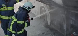 Servis otobüsü alev alev yandı İtfaiye ekipleri iki koldan 1,5 ton su kullanarak yanan otobüsü söndürdü Yangında yaklaşık 10 bin TL'lik zarar meydana geldi.