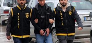 Genç kızın çantasını zorla alıp kaçtı polisten kaçamadı Adana'da bir genç kızın çantasını kolundan çekerek zorla alıp kaçan zanlı saniye saniye görüntülendi