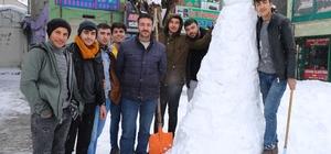 Varto'da yağan karın keyfini çocuklar ve esnaflar çıkardı Etkili olan kar yağışının ardından siftah yapamayan esnaf kardan adam yaptı