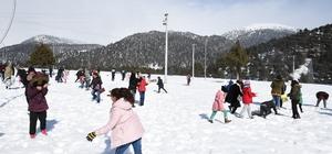 Tarsus'ta hiç kar görmemiş çocuklara kar sürprizi