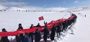 Yunan vekil, metrelerce uzunluktaki Türk bayrağı ile protesto edildi