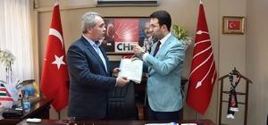 AK Partili Çiftçioğlu, Cemil Tugay'ın gerçekleşmeyen seçim vaadlerini CHP'li Koç'a sundu