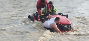 Traktörle çayda mahsur kalan 2 kişiyi itfaiye kurtardı