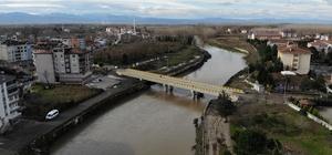 """'Terme Çayı'nı dizginleyecek önlemler Geçen yıl 2 kez taştı, 3 köprüyü yıktı, şehri ve tarım arazilerini sular altında bıraktı Terme Çayı üzerine 6 milyon maliyetli bir köprü yapıldı, bir köprünün de proje çalışması sürüyor Başkan Kılıç: """"DSİ raporuna göre ırmak yatağının acilen 80 metre genişliğinde olması gerekiyor"""""""
