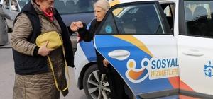 Belediye ekipleri, yalnız yaşayan kadının geniş ailesi oldu 73 yaşındaki kadının tüm ihtiyaçlarını evlatları yerine koyduğu belediye ekipleri karşılıyor