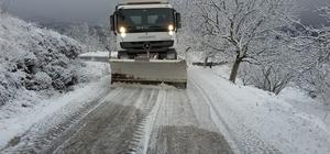 Yollar buz tuttu, mahsur kalan araç kurtarıldı