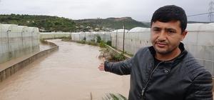 """Sel yol kapattı, bahçeleri seraları sular altında bıraktı Limonlu Sulama Birliği Başkanı Bünyamin Ergün: """"Muzlarımız, narenciye bahçelerimiz komple suyun altında"""""""