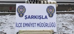 kalorifer ve kalorifer peteği çalan hırsızlar yakalandı Sivas'ın Şarkışla ilçesinde kalorifer ve kalorifer peteği çalan 4 şahıs polis ekipleri tarafından  yakalandı.