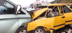Kaygan yolda kafa kafaya çarpıştılar: 5 yaralı Bankaya ait para taşıyan minibüs, karşı yönden gelen 4 kişilik aileyi taşıyan otomobille kafa kafaya çarpıştı