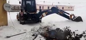 Buz tutan toprağı lastik yakarak kazdılar