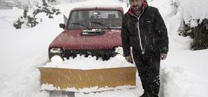 Kapanan karlı köy yolları kendi aracıyla açıyor Rizeli muhtar Yaşar Taş, aracının önüne taktığı kar küreme tarağı ile kapanan köy yollarını trafiğe açıyor