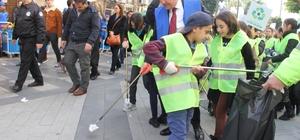 Bandoyla çöp topladılar Mersin Büyükşehir Belediyesi, 'Kenti Mis' temasıyla tertemiz bir Mersin için harekete geçti. Bugünden itibaren 5 güne yayılacak ve deniz dibi temizliğinin de yapılacağı temizlik seferberliği renkli görüntülerle başladı Büyükşehir Belediye Başkanı Vahap Seçer, çocuklarla birlikte caddelerde bando eşliğinde çöp topladı