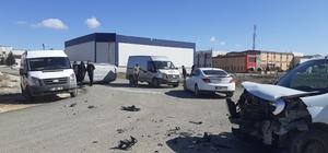 Ticari araç ile minibüs çarpıştı 2 yaralı