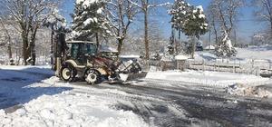 Başkan Şahin okulların bahçelerini kardan temizletiyor