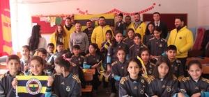 Fenerbahçeliler Derneğinden 30 öğrenciye forma Fenerbahçeliler Derneği Birecik'te 30 öğrenciye forma hediye etti Sosyal medyadaki paylaşıma Gaziantep Fenerbahçeliler Derneği cevap verdi