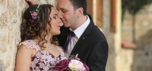 Yeni evli çiftin geçirdiği kazada ağır yaralanan gelin yaşam savaşını kaybetti Çiftin 3 yıl önce evlenmeyi planladığı ancak kına töreninde gelinin annesinin beyin kanaması geçirerek hayatını kaybetmesi sonucu düğünlerini erteledikleri öğrenildi