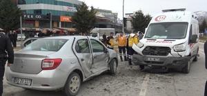 Hasta nakleden ambulans otomobille çarpıştı: 1 yaralı