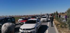 Yarış güzergahında kapanan yol sebebiyle 1 saat bekleyen araçlar uzun kuyruklar oluşturdu Sürücüler bir saat kapalı kalan yola tepki gösterdi