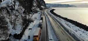 Gürcistan yolunda tır sürücülerinin kış çilesi Sarp Sınır Kapısı'ndan çıkış yapmak için bekleyen tır sürücüleri kar ve soğuk hava nedeniyle zor günler yaşıyor