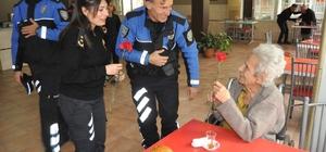 Polislerden huzurevi sakinlerine sürpriz doğum günü ziyareti