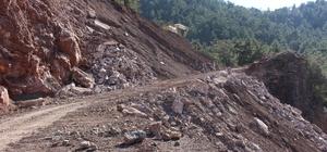 Kumluca'da heyelanın kapattığı yol açılıyor