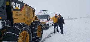 Yolda kalan ambulans ekiplerce kurtarıldı Kırşehir'de, karla mücadele çalışmaları 26 iş makinesi ve 45 personelle sürdürülüyor
