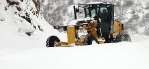 Gümüşhane'de karla mücadele çalışmaları devam ediyor Dün gece kapanan 211 köy yolunu ulaşıma açmak için ekipler yoğun çaba sarf ediyor