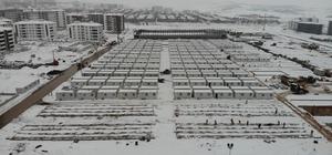 Elazığ'da kar altında konteyner kent kurulumu aralıksız devam ediyor Deprem sonrası çadırlarda yaşayan ailelere geçici barınma merkezi olarak yapımına başlanılan konteyner kentlerin bitirilmesi için yoğun kara rağmen çalışmalar aralıksız sürdürülüyor