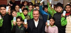 Başkan Seçer, mezun olduğu ilkokulda çocuklara süt dağıttı