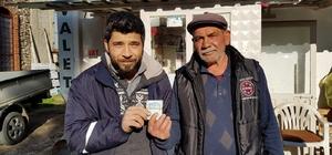 İzmir'de insanlık ölmemiş dedirten olay Yolda bulduğu 2 bin lirayı sahibine teslim etti
