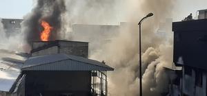 Boya imalathanesinde çıkan yangın deri imalathanesine de sıçradı Yangında meydana gelen patlamayla birlikte alevler karşıda bulunan deri imalathanesine de sıçradı Her iki fabrikada yangını söndürme çalışmaları sürüyor