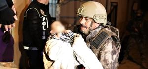 Narkotik polisinden şafak operasyonu: 23 gözaltı Dev operasyonda koca yürekli polislerin bebek şefkati Baskın yapılan evdeki ağlayan bebeği polis kucağına alarak sakinleştirdi