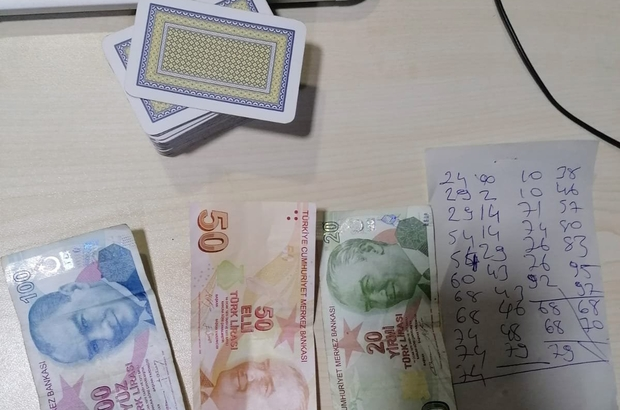 Manisa'da kumar baskını Kumar oynayan 4 kişiye 4 bin 900 lira ceza kesildi Manisa'nın Salihli ilçesinde bir ayda 23 kişiye 28 bin 175 lira ceza