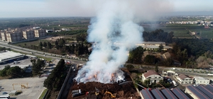 Adana'daki fabrika yangını 32 saattir sürüyor Pamuk yağı fabrikasındaki yangın drone ile havadan görüntülendi