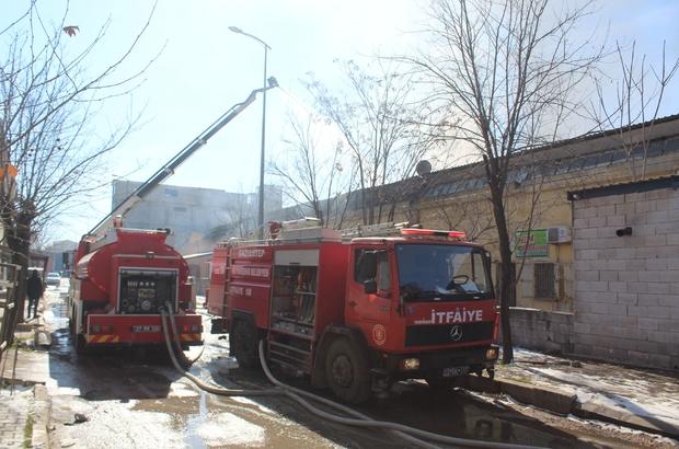 Boya imalathanesinde çıkan yangın kontrol altına alındı Yangının çıktığı fabrika ile alevlerin sıçradığı diğer fabrikalarda soğutma çalışması yapılıyor