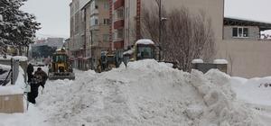 Zara ilçesinde karla mücadele çalışmaları aralıksız devam ediyor