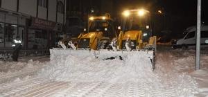 Gürün ilçesinde karla mücadelede gece mesaisi Sivas'ın Gürün ilçesinde karla mücadele çalışmaları Gürün Belediyesi ekipleri tarafından aralıksız devam ediyor.