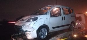 İzmir'de bariyerlere çarpan hafif ticari araç takla attı: 2 yaralı