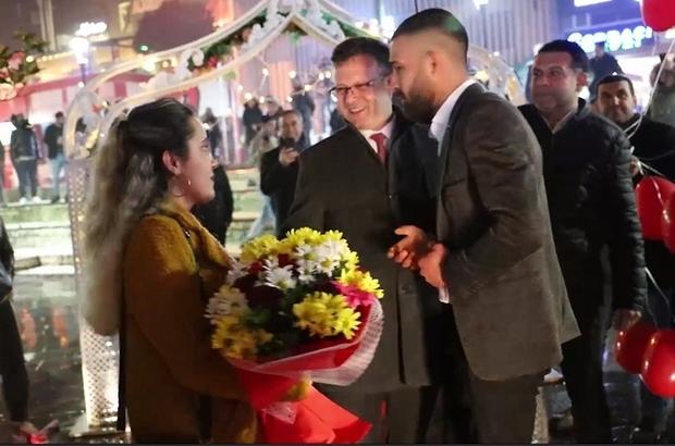 """Sağanak altında """"Benimle evlenir misin?"""" dedi İş makinesi kepçesiyle evlilik teklifi Belediye başkanı evlilik teklifine şahitlik yaptı"""