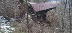 Akaryakıt istasyonunda heyelan: Yol ulaşıma kapandı Ordu'da bir akaryakıt istasyonunda meydana gelen heyelanda LPG dolu depo yaklaşık 40 metre aşağıya sürüklendi