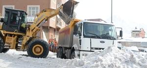 Kent merkezindeki tonlarca kar kent dışına çıkartıldı