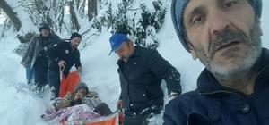 Rize'de hasta adam kar geçit vermeyince ambulansa güçlükle taşındı
