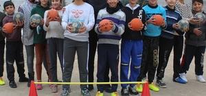 Küçük hentbolcuların 10 topla gelen şampiyonluğu Spor salonu ve malzemeleri olmayan hentbolcular 10 tane hentbol topu ile şampiyon oldu